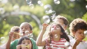10 brincadeiras ao ar livre que divertem e ajudam no ...