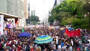 Mulheres fazem atos contra Bolsonaro e pela democracia