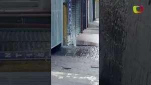 Vazamento faz água jorrar por horas em Taboão da Serra