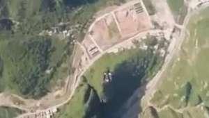 Paraquedista voa com traje especial sobre a Muralha da China