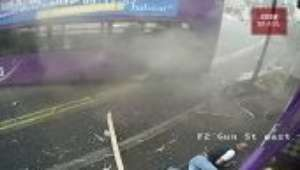Homem é atingido por ônibus descontrolado, mas escapa com ferimentos leves