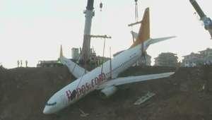Avião que derrapou na Turquia é retirado de penhasco