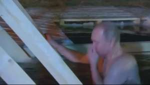 Putin mergulha em lago gelado para celebrar Epifania ortodoxa