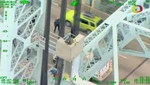 Policiais resgatam homem que estava prestes a pular de ponte