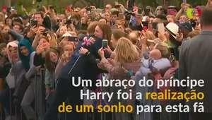 Abraço real faz fã de príncipe Harry chorar de alegria
