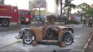 Caminhão desgovernado arrasta carros e explode no Paraná