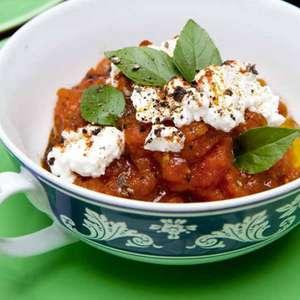 Faça uma compota de tomates com queijo cottage e manjericão