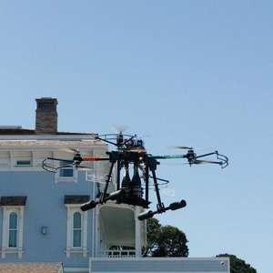 EUA: champanhe é entregue por drone em hotel na Califórnia