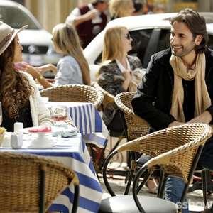 'Em Família': viúva, Luiza conhece músico em Paris
