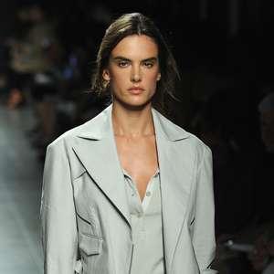 Alessandra Ambrosio é destaque na semana de moda de Milão