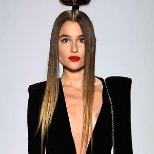 NY: Vestido escorrega e deixa seio de modelo à mostra