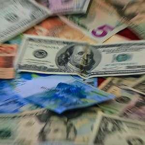Dólar interrompe série de altas e fecha em baixa de 1,11%