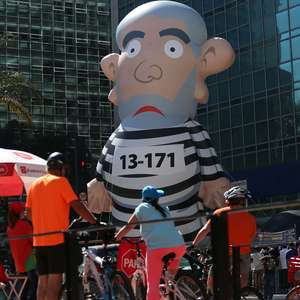 SP: protesto contra o governo tem boneco de Lula presidiário
