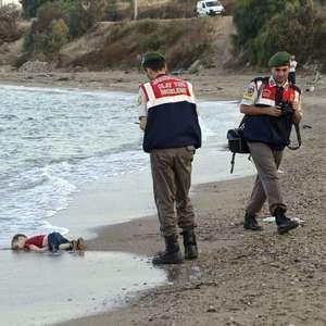 Enterrado em Kobani menino sírio que se afogou no Mar Egeu