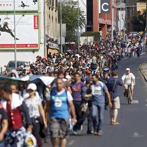 Grupos de refugiados comienzan a salir de Budapest a pie