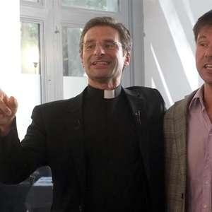 Padre se assume gay e Vaticano afasta religioso