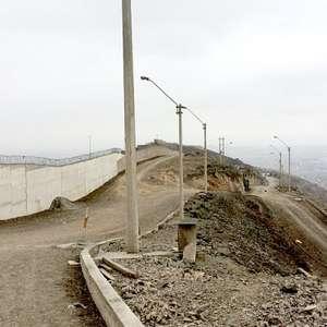 Muro que divide a pobres y ricos en Lima, espejo de ...