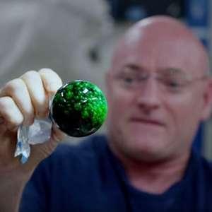 Astronautas juegan con esferas de agua efervescentes