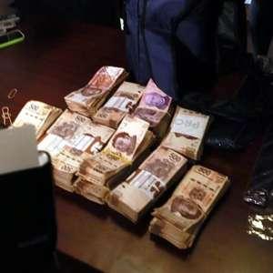 A Ricardo Monreal le dejan paquete con 1.5 millón de pesos