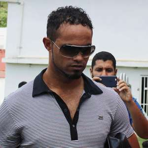 Goleiro Bruno se apresenta à polícia de MG e volta à prisão