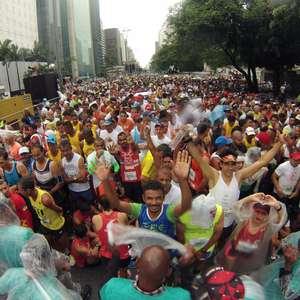 Chuva provoca aglomeração festiva antes da São Silvestre