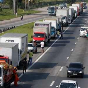 Caminhoneiros seguem em rodovias, mas tráfego flui no Rio