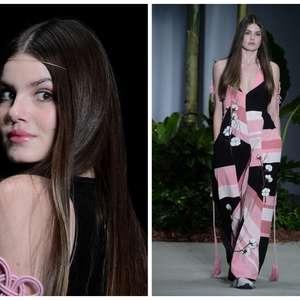 Camila Queiroz fecha desfile ao lado de modelos negras