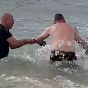 Policiais australianos se atiram ao mar para salvar ...
