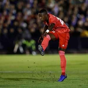 Titular, Vinicius Junior dá assistência em goleada do Real