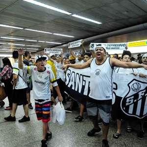 Sampaoli é recebido pela torcida do Santos em aeroporto