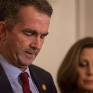 Oposição pressiona governador a renunciar após foto racista