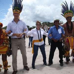 Ministros de Meio Ambiente e Agricultura dançam com índios