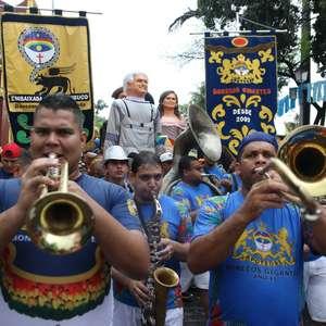 Desfiles em Olinda contam com bonecos gigantes de famosos
