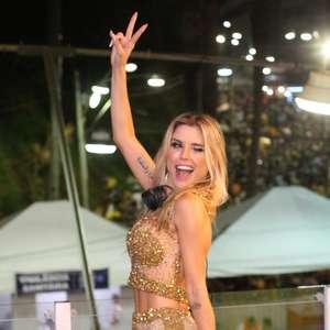 Flávia Viana: look dourado da apresentadora foi o queridinho