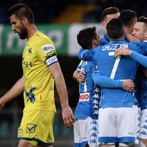 Fora de casa, Napoli vence Chievo e adia título da Juventus