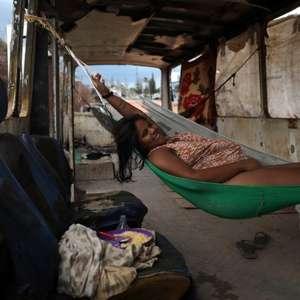 Venezuelanos moram há 3 meses em ônibus abandonado