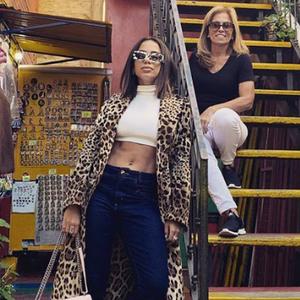 Gente como a gente? Anitta repete casaco de grife na ...
