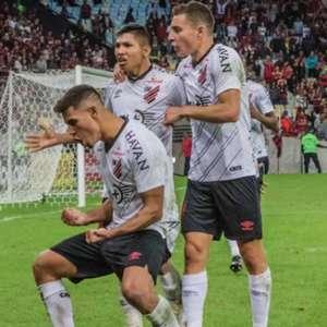 Flamengo desperdiça três pênaltis e Athletico avança
