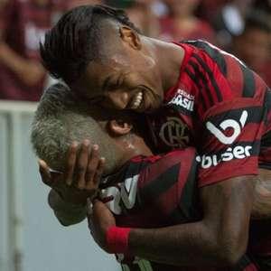Diego Alves pega dois pênaltis e Flamengo goleia o Vasco