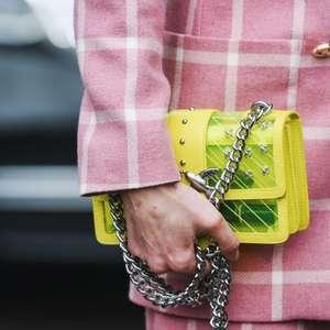 O poder dos acessórios coloridos de deixar o look mais ...