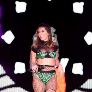 Anitta leva susto e sai correndo após ter palco invadido ...