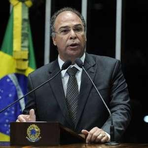 Fernando Bezerra põe cargo de líder do governo à disposição