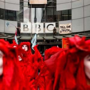 Ativistas contra a mudança climática interditam sede da BBC