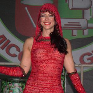 Paolla grava clipe de Carnaval com look de 20 mil cristais