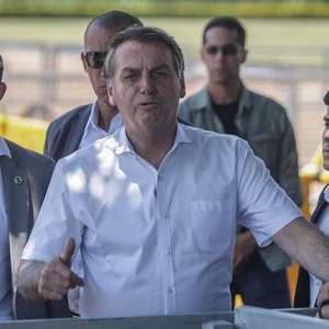 """""""Lula continua com todos crimes nas costas"""", diz Bolsonaro"""
