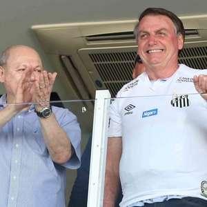 """Bolsonaro é recebido com gritos de """"mito"""" e """"miliciano"""""""