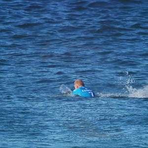 Mick Fanning nada com tubarões em novo documentário