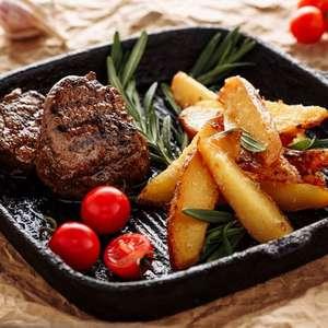 Batatas rústicas com cenoura assada e temperada e carne