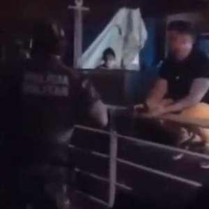 Polícia encerra live de cantor após reclamação de vizinhos