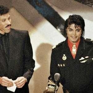 Relembre Michael Jackson e Lionel Richie recebendo ...
